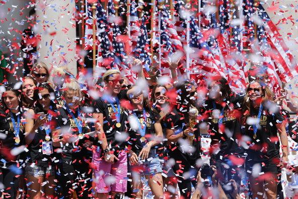 Chuva de confetes e multidão na chegada das garotas a Nova Iorque